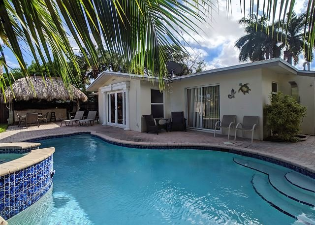 Private Waterfront Villa complete with Heated Pool, Hot Tub and Tiki Bar, holiday rental in Hillsboro Beach