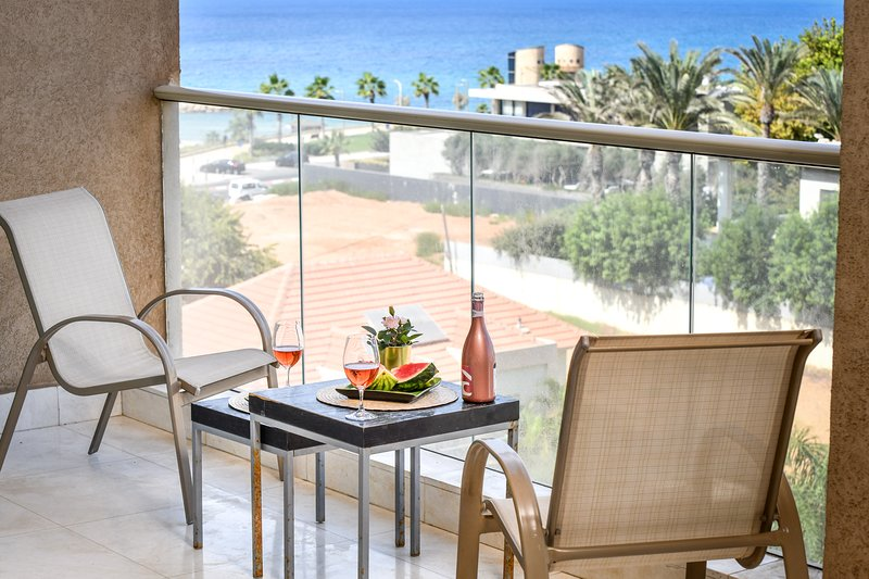 Steps to the beach w/ Sea View and open Balcony, holiday rental in Herzliya