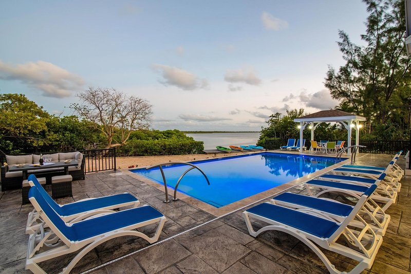 Hidden Cove: Family Hideaway w/Free Kayaks & Bikes, Private Pool and Dock, location de vacances à Grand Cayman