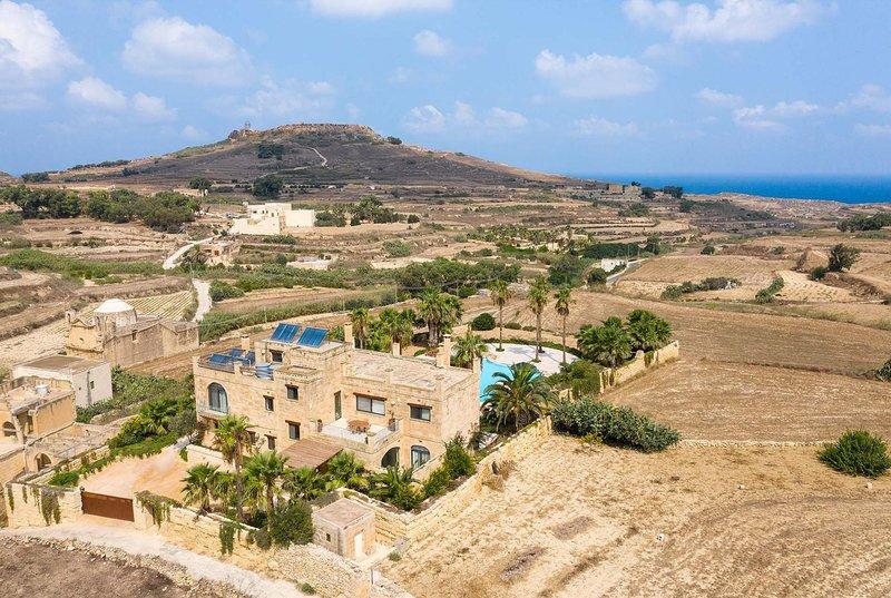 Villa w/large pool and grounds, close to capital, alquiler vacacional en Ghasri
