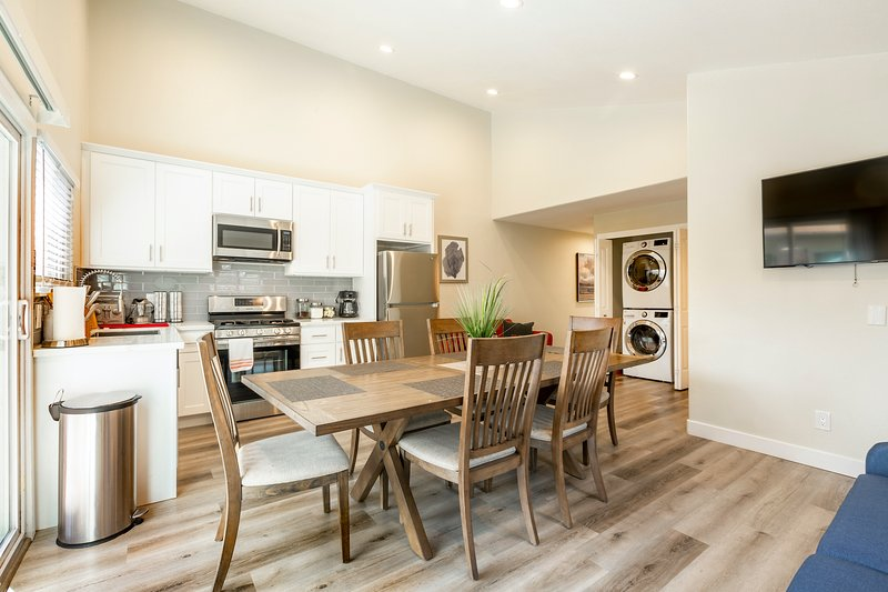 * Marbella Lane - 6BR Duplex | DTWN SJ | Laundry + P, vacation rental in New Almaden