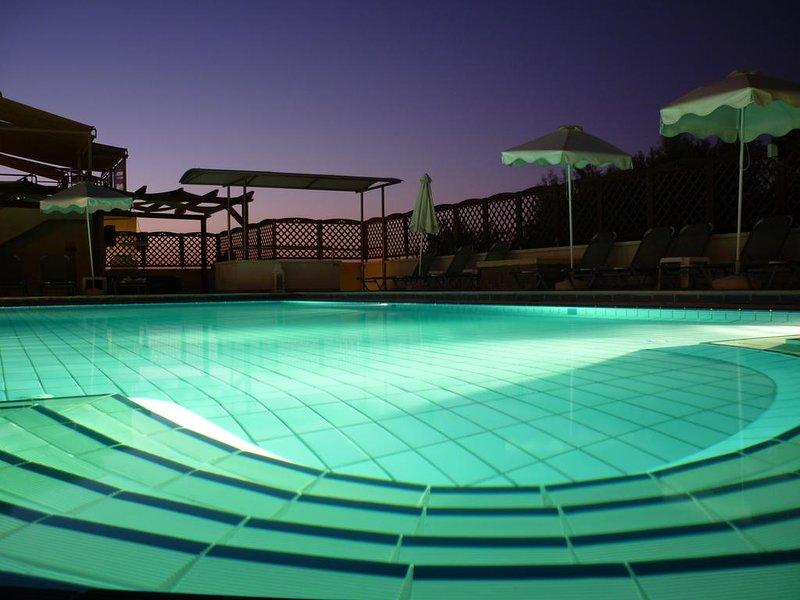 Sunrise Suites | Apartment 2, 500m From The Beach, location de vacances à Tsivaras