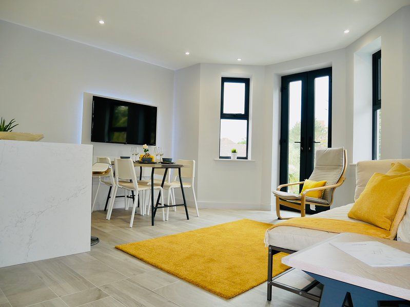Beautiful Apartment Near the BEACH +Netflix, holiday rental in Bournemouth