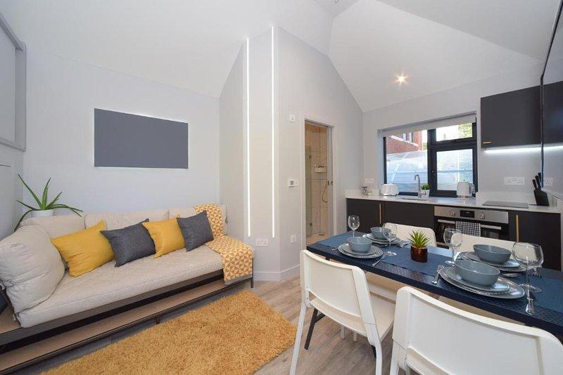 Funky Microhouse, near BEACH WIFI & Netflix, vacation rental in Bournemouth