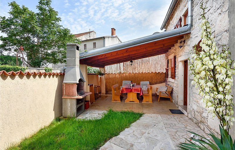 Nice home in Peruski with WiFi and 2 Bedrooms (CIK677), casa vacanza a Peruski