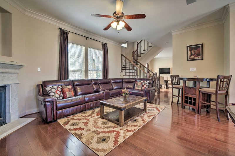 NEW! Upscale Retreat Near Lake w/ Resort Amenities, vacation rental in The Woodlands