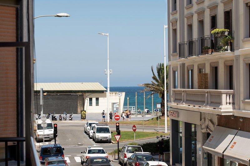 Amplio, moderno y justo en la playa de Zurriola, holiday rental in Pasajes