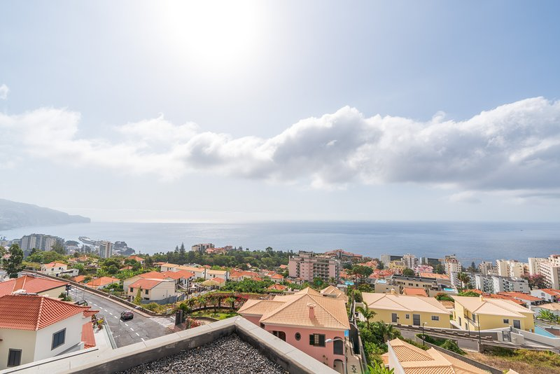 Casa Bianka,Magnificant views to the bay of Funchal, vacation rental in Pegoes