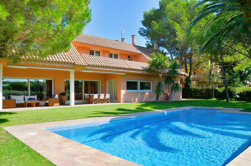Exclusive villa next to the beach and the golf club Platja de Pals. 14 people, location de vacances à Pals