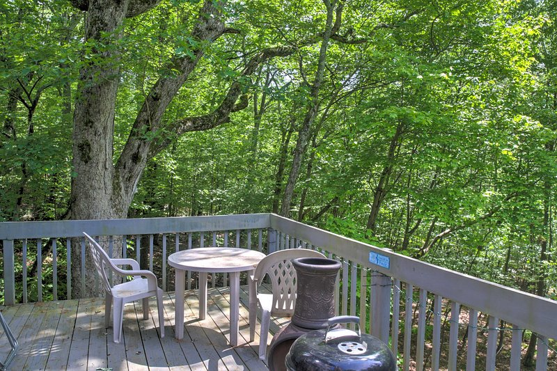 Charming Bushkill Home w/Large Deck & Pool Access!, holiday rental in Sandy Hook
