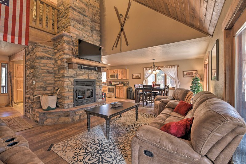 Tranquil Angel Fire Cabin w/Deck: 1Mi to Golf/Fish, holiday rental in Angel Fire