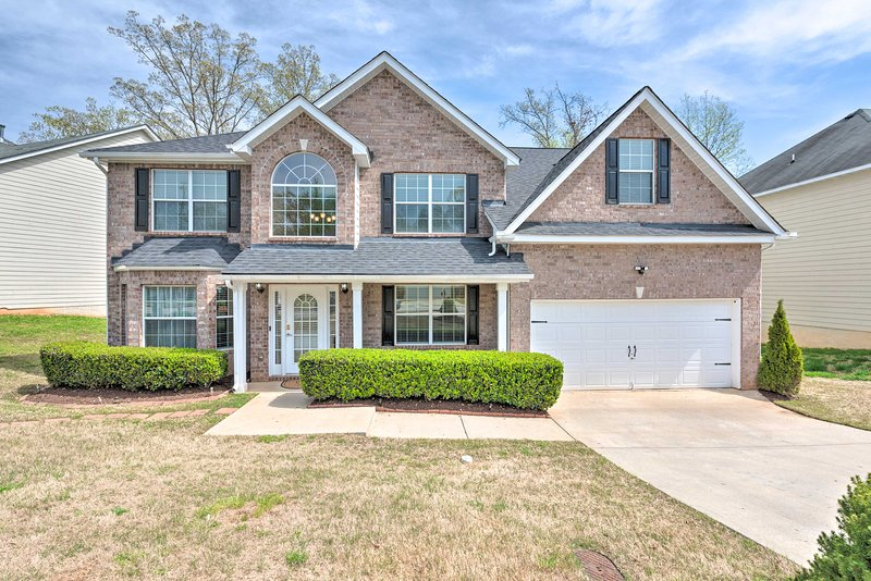 Fairburn Home w/ Fire Pit - 24 Mi to Atlanta!, holiday rental in Union City