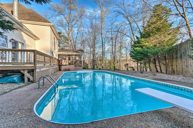 NEW! Lakefront Hot Springs Home w/ Hot Tub & Pool!, holiday rental in Pearcy