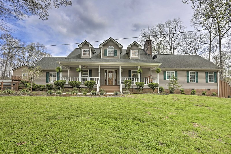 Summerville Retreat w/ Pool & Deck on 5 Acres!, holiday rental in Armuchee