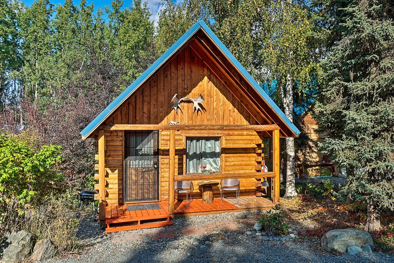 Pet-Friendly Log Cabin w/ Fire Pit on Kenai River!, aluguéis de temporada em Sterling