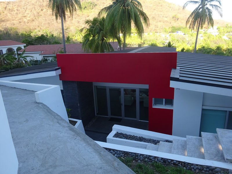 Chez Mondrian 5 BR/3BA modern private home ocean view, 24 our guarded complex, holiday rental in El Sunzal