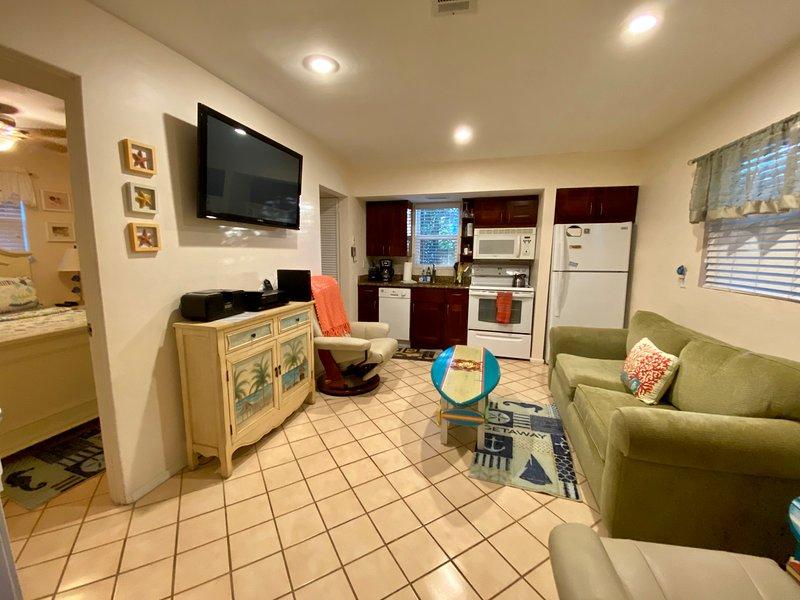 wide screen tv/Blu-ray dvd. Hispeed WiFi. Gulf peak. Full applianced kitchen! hand painted furniture