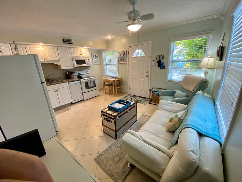 'Sea Gem' Beautifully remodeled Steps to beach & our bay fishing dock Mint CLEAN, location de vacances à Île d'Anna Maria