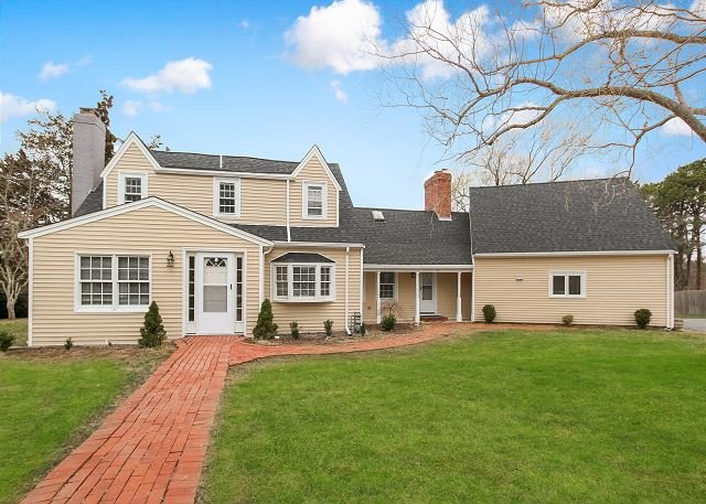 Beautifully Renovated Farmhouse w/ Dual Living Areas - Near Beach & Dining, holiday rental in Hyannis