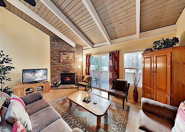 Forest Vista Condo w/ Balcony - 2 Minutes to Diamond Peak Slopes!, holiday rental in Carson City