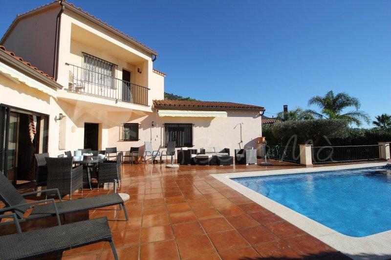 Casa Maria-Espaciosa villa con jardín privado y piscina, aluguéis de temporada em Pau