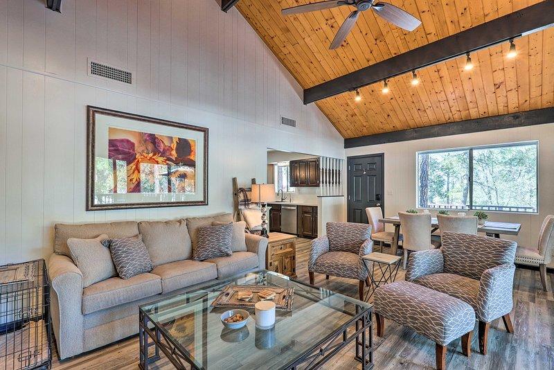 Rustic-Chic Prescott Cabin w/ Deck in Wooded Area!, alquiler vacacional en Mayer