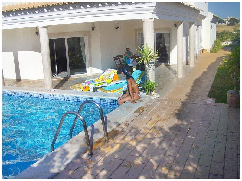 Casa do Mar by Laranjal Rentals, Luxury 5 suites,beach,snooker,SPA,pool heating!, aluguéis de temporada em Olhos de Água
