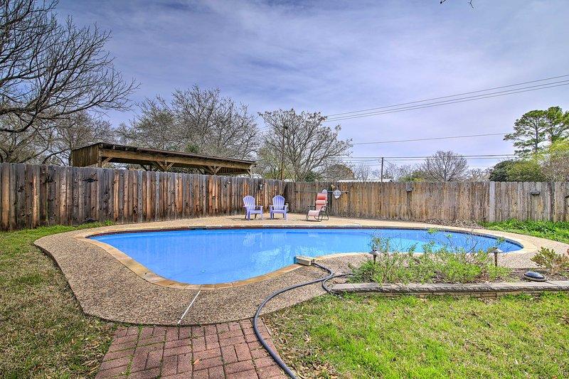 Poolside Oasis 1 Mile to Downtown Fredericksburg!, vacation rental in Fredericksburg