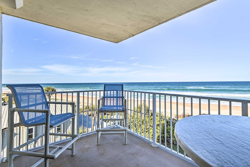 Luxe Oceanfront Condo w/Pool: Beach Access + Gear!, holiday rental in Ormond-by-the-Sea
