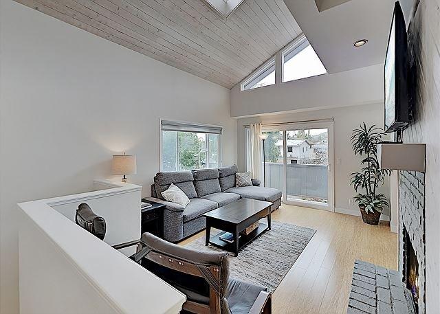 Ocean-View Hideaway w/ Hidden Patio, Grill & Outdoor Shower – Steps to Beach!, holiday rental in Oak View