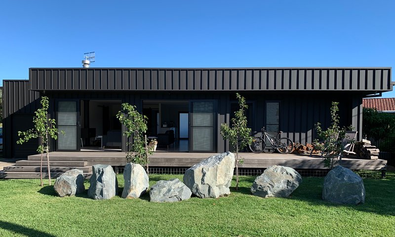Black01 – 'Cool' quality dog friendly seaside cottage (Greater Port Macquarie), holiday rental in Camden Haven