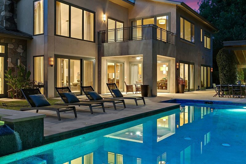 THE ABOVE CONTEMPORARY ON LAKE AUSTIN, alquiler de vacaciones en West Lake Hills