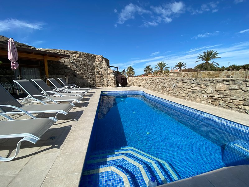 Villa with private heated pool in the Anfi Tauro golf resort., vacation rental in La Playa de Tauro