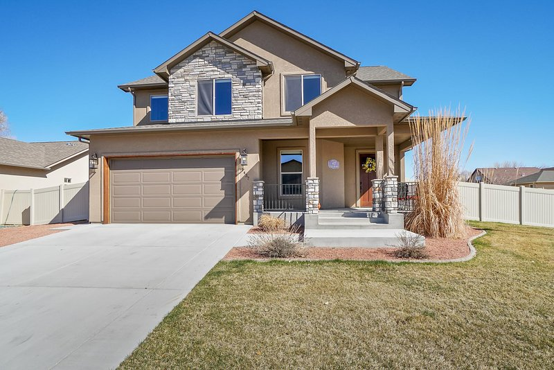 ♡Hawk IV - Family & pet friendly new home w/garage, 5 min to town, TVs in bedrms, holiday rental in Fruita
