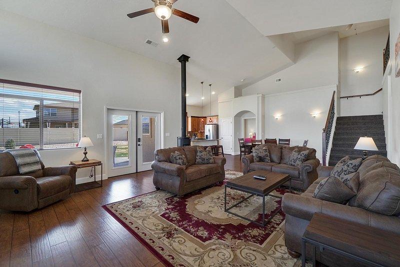 ♡BlackBear II - Large luxury home w/ garage, big yard, 2 master bedrms, pets ok, holiday rental in Fruita