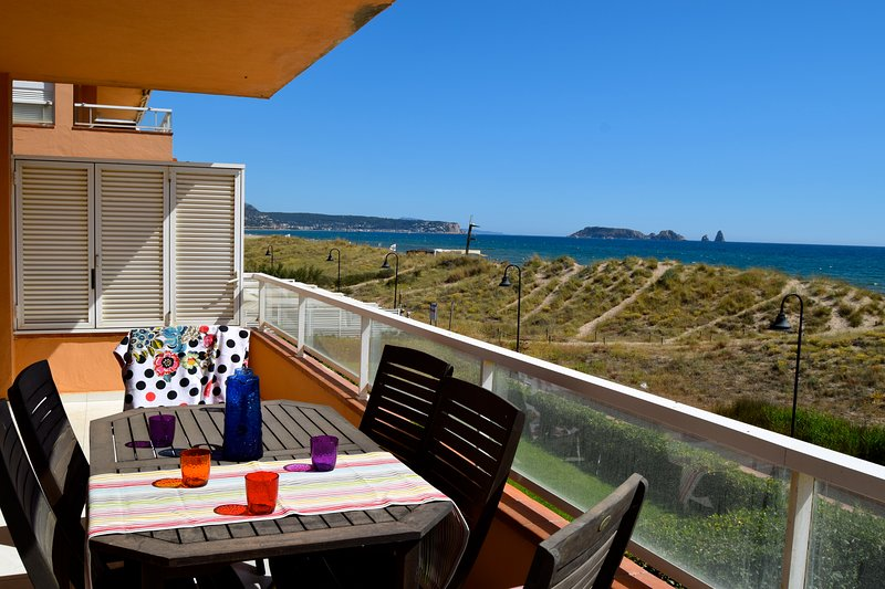 Apartment in front of the beach - 3 double rooms -Communal Pool.Parquing.Wifi., location de vacances à Playa de Pals