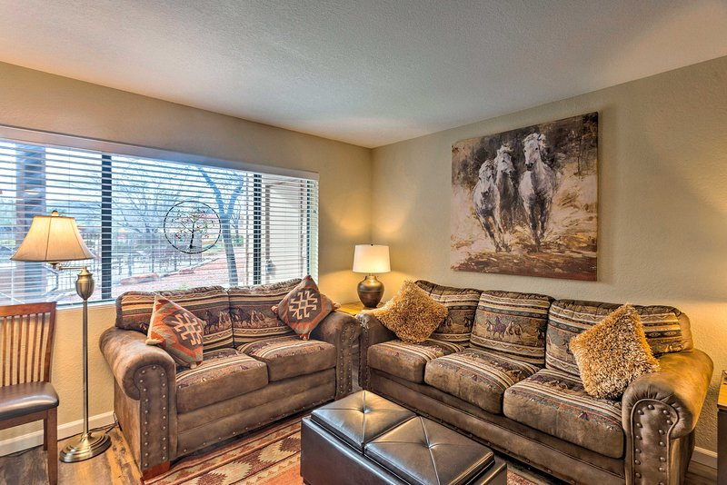 NEW! 'The Painted Pony' Condo w/ Pool & Gym Access, holiday rental in Village of Oak Creek
