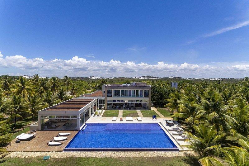 Bah450 - Luxurious mansion near the beach in Camaçari, vacation rental in Guarajuba