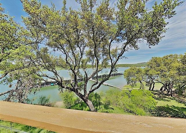 Lakeside Gem in Ridge Harbor w/ 2 Balconies, Tennis, Resort Pool & Boat Dock, holiday rental in Spicewood