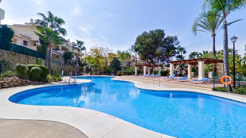 Puerto Banus Lujosa casa adosada con WIFi fibra optica gratis, vacation rental in Marbella