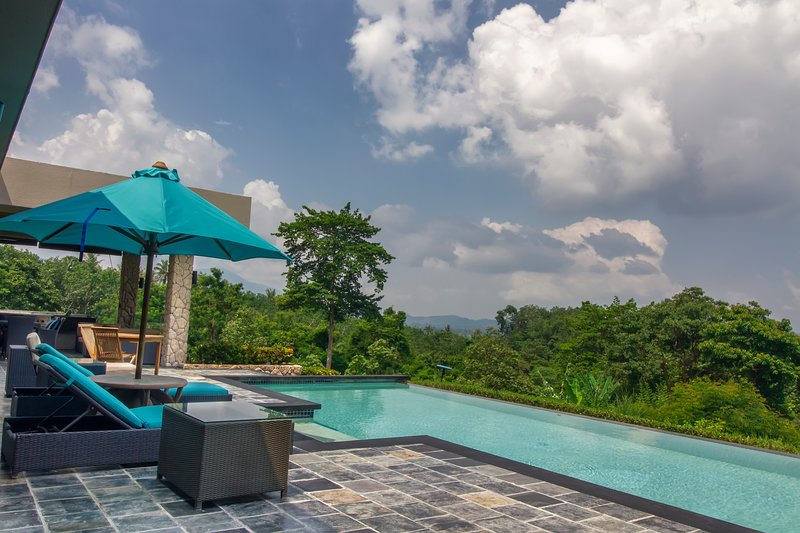 ★ White Monkey Villa ★ Private Pool ★ WOW Holiday Homes ★, alquiler de vacaciones en Kampung Kedawang