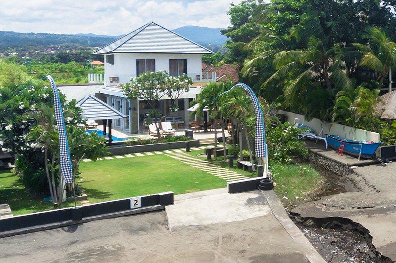 Luxurious beachvilla with sea and mountain view