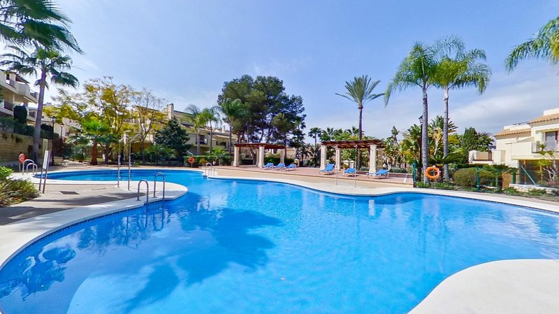 Puerto Banus luxury Townhouse with free WI FI, holiday rental in Nueva Andalucia