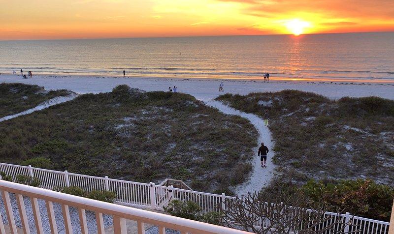 Beachfront 2br, 2 Bath condo-Directly on Beach! Beautiful Views Of The Gulf!, casa vacanza a Indian Rocks Beach