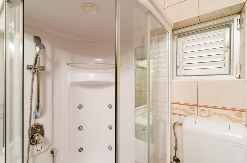 Apartments Villa Nikol - Standard One Bedroom Apartment with Sea View, casa vacanza a Oskorusno