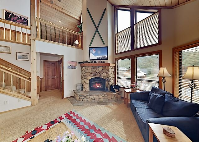 Wooded Getaway w/ 2 Living Areas, Spacious Deck & Complimentary Ski Shuttle, holiday rental in Floriston