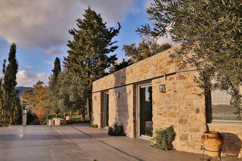 Villa Amfithea in Montofoli Wine Estate, alquiler vacacional en Karystos