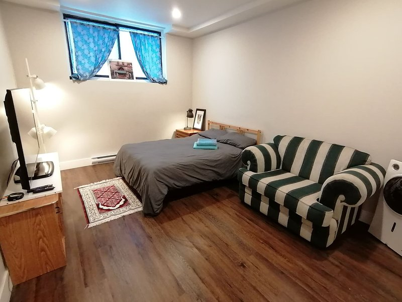 Sanitized renovated close to subway and 24 services, vacation rental in Montreal