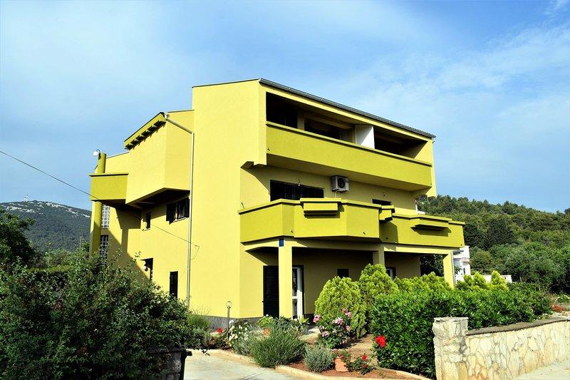 Cimera Apartment Sleeps 5 - 5406328, location de vacances à Dobropoljana