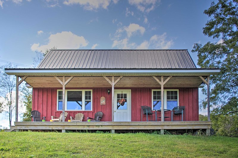 Rural Farmhouse Cabin on 150 Private Wooded Acres!, aluguéis de temporada em Stow